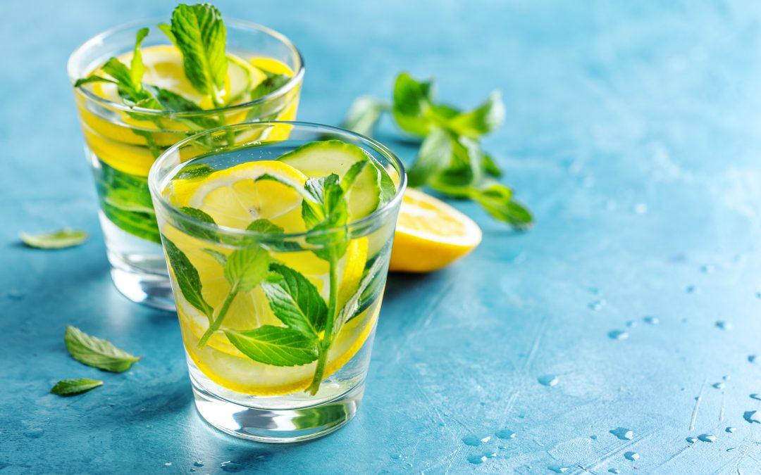Água aromatizada de limão, lima e manjericão