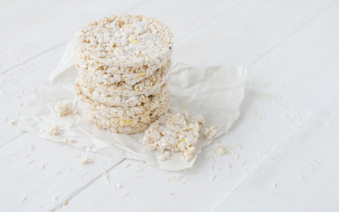 Galletes de arroz com ovos mexidos