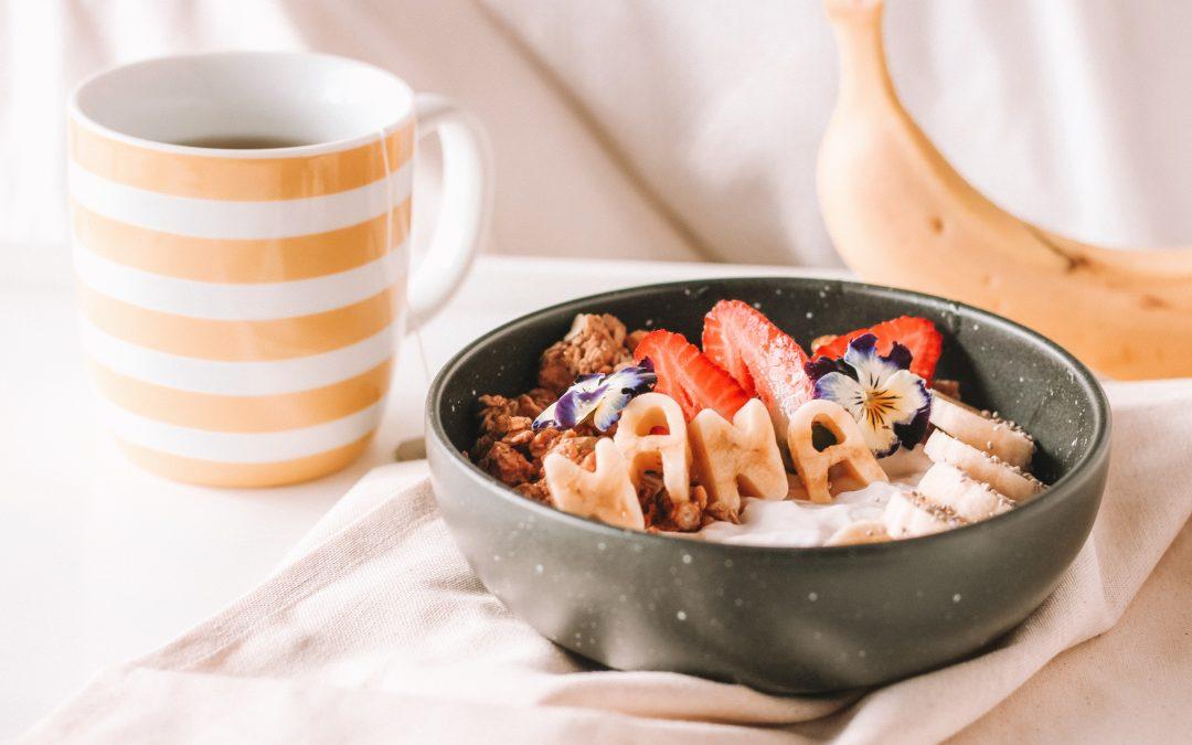 Smoothie bowl de frutos vermelhos com banana e manteiga de amendoim