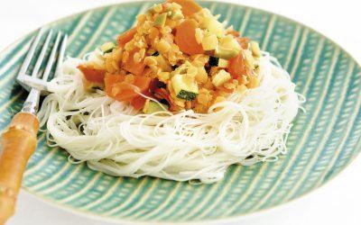 Bolonhesa de lentilhas vermelhas com noodles de arroz